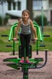 Den lilla gulliga flickan är förlovad i utomhus- sportutrustning sport arkivfoton