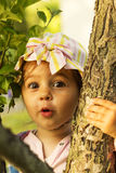 Den lilla gulliga flickan är förvånad och chockad Arkivbild