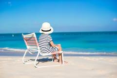 Den lilla gulliga flickan i strandstol kopplar av på karibisk semester Arkivfoton