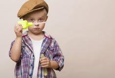 Den lilla gulliga pojken blåser tvålbanker royaltyfri foto