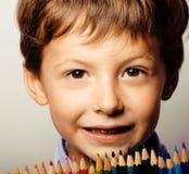 Den lilla gulliga pojken med färg ritar tätt upp att le royaltyfri illustrationer
