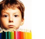 Den lilla gulliga pojken med färg ritar tätt upp att le Royaltyfri Bild