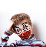 Den lilla gulliga pojken med facepaint som clown, pantomimic uttryck stänger sig upp Arkivfoton