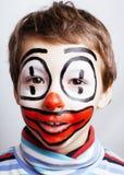 Den lilla gulliga pojken med facepaint som clown, pantomimic uttryck stänger sig upp Royaltyfri Bild