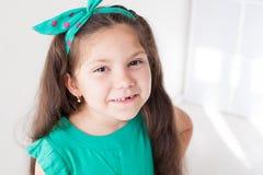 Den lilla härliga flickan gör ren tandtandborstetandläkekonst royaltyfri bild