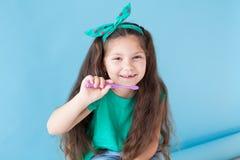 Den lilla härliga flickan gör ren tandtandborstetandläkekonst arkivbild