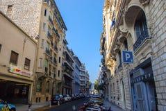 Den lilla hemtrevliga gatan fyllde med bilar i Nice, azur seglar utmed kusten i franc Royaltyfri Fotografi