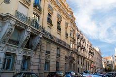 Den lilla hemtrevliga gatan fyllde med bilar i Nice, azur seglar utmed kusten i franc Royaltyfri Bild