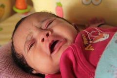 Den lilla indiska asiatet behandla som ett barn att gråta arkivbild