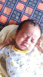Den lilla indiska asiatet behandla som ett barn att gråta royaltyfri foto