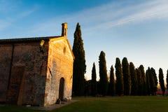 Den lilla italienska stadkyrkan på solnedgången i utomhus- parkerar i turistic fläck i höstafton Royaltyfria Bilder