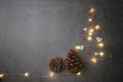 Den lilla julgranen med sörjer kotten på konkret bakgrund royaltyfri bild