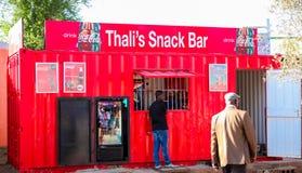 Den lilla kiosket shoppar i stads- Soweto Sydafrika fotografering för bildbyråer
