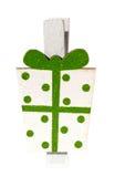 Den lilla klädnypan med en gåva, julmotiv, isolerade närbild Royaltyfri Foto