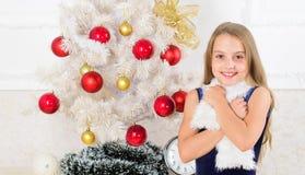 Den lilla klänningen för flickaklädersammet känner det festliga nära julträdet Special tid för jul mycket av året Spridningjul arkivfoto