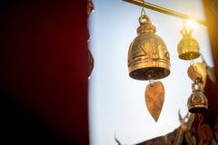 Den lilla klockan för ber dekorerar runt om den thailändska buddha templet Royaltyfri Foto