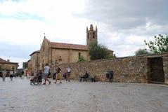 Den lilla kyrkan av Monteriggioni Royaltyfri Foto