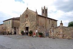Den lilla kyrkan av Monteriggioni Arkivfoto