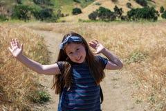 Den lilla latina flickan är lycklig på slinga i nationalpark fotografering för bildbyråer