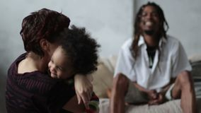Den lilla lockiga pojken som kommer att fostra ` s, öppnade omfamning stock video