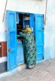 Den lilla lokalen shoppar i medina av Essaouira morocco Arkivfoton