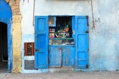 Den lilla lokalen shoppar i medina av Essaouira morocco Royaltyfri Bild