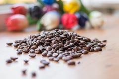Den lilla lotten av brunt grillade bönor av kaffe Royaltyfria Bilder