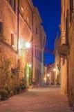 Den lilla medeltida byn på natten i Tuscany, Pienza, Italien Royaltyfri Fotografi