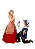 Den lilla musketören ger en gåva till damen av hjärtan arkivbilder