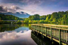 Den lilla pir och sikten av tabellen vaggar på sjön Oolenoy, tabell vaggar St fotografering för bildbyråer