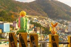 Den lilla prinsen och rävstatyn i den Gamcheon kulturbyn, Busan, Sydkorea arkivbilder