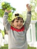 Den lilla roliga pojkecloseupståenden i bra lynne Arkivbild