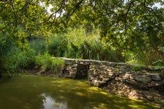 Den lilla roman spången Pont de Gras nära helgon-Lyphard på en solig dag i sommar fotografering för bildbyråer