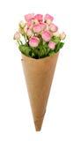 Den lilla rosa färgrosen blommar i en pappers- kornett Royaltyfri Fotografi