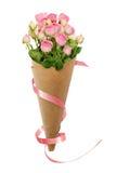 Den lilla rosa färgrosen blommar i en pappers- kornett med det rosa bandet Royaltyfria Foton