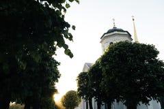 Den lilla rysskyrkan parkerar in p? solnedg?ngen royaltyfria foton