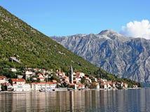 Den lilla semesterortstaden av Perast på den Adriatiska havet kusten Arkivbilder