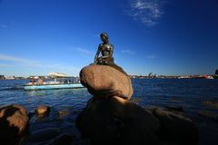 Den lilla sjöjungfrustatyn i Köpenhamnen - Danmark arkivbilder