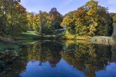 Den lilla sjön i Lazienki Krolewskie parkerar i Warszawa Arkivbilder