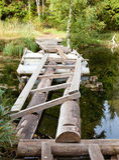 den lilla sjaskiga bron parkerar in över ett damm Arkivfoto
