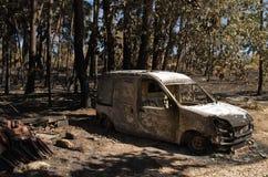 Den lilla skåpbilen brände till jordningen på en liten by av Pedrogao den stora kommunen Arkivfoto