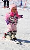 Den lilla skidåkaren med skidar Royaltyfri Bild