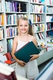 Den lilla skolflickan i bok shoppar Royaltyfria Bilder