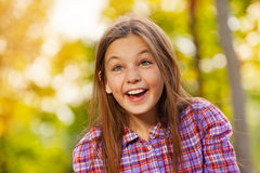 Den lilla skratta flickaståenden i höst parkerar Royaltyfria Bilder