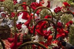 Den lilla souvenirleksaken ställa i skuggan jul för jultomten` s arkivfoto