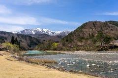 Den lilla strömmen, som kör till och med sidan av, Shirakawa-går traditioen Arkivfoton