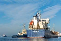 Den lilla tankfartyget seglar till den förtöja bojet Royaltyfri Foto