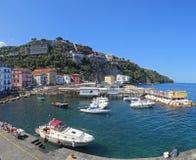 Den lilla tillflyktsorten med fiskebåtar och colorfullhus lokaliseras på via del Sto i Sorrento Arkivbild
