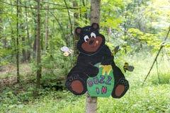 Den lilla träbjörnen undertecknar in skogen royaltyfri bild
