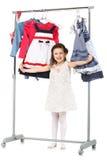 Den lilla trendiga flickan väljer kläder i en garderob Royaltyfri Foto